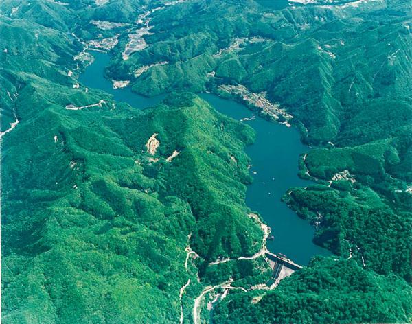 藤原ダム上空写真 出典:「8つのダムを効率的に運用する利根川ダム群の統合管理」パンフレッ...